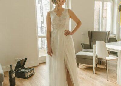 Koronkowa sukniaślubna z rozporkiem na nodze.