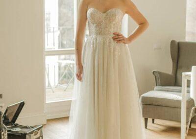 Suknia ślubna na gorsecie z miseczkami.
